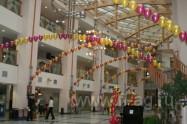Украшение шарами юбилея шары под потолком, свет, гобо